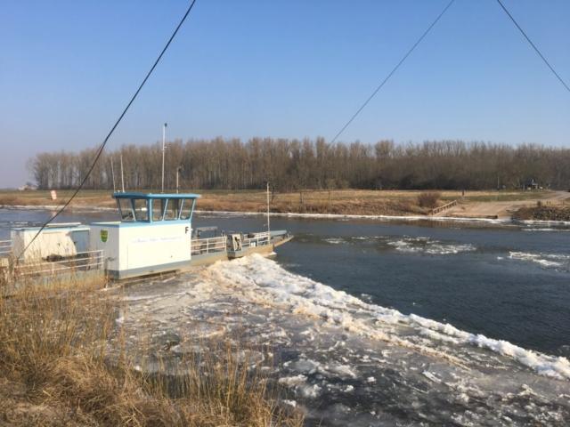 Aufgestautes Eis an der Weserfähre Schweringen